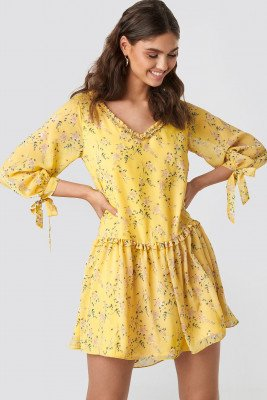 Kae Sutherland x NA-KD Kae Sutherland x NA-KD Ruffle V Neck Mini Dress - Yellow