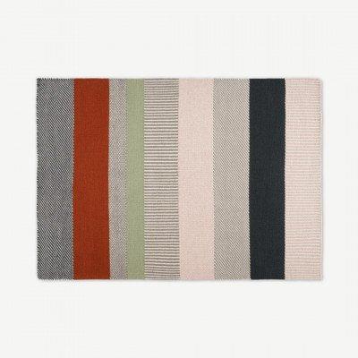MADE.COM Malay gestreepte vloerkleed van wol, groot 160 x 230 cm, houtskoolgrijs en terracotta.