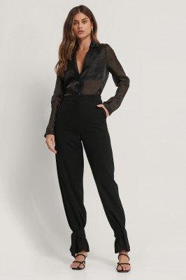 Basma en Merna x NA-KD Basma & Merna x NA-KD Pantalon Met Strikdetail - Black